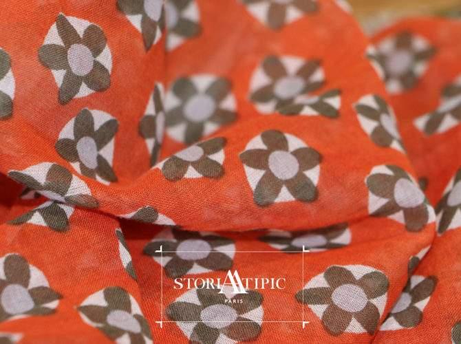 Détail d'un foulard au motif original et à la matière naturelle
